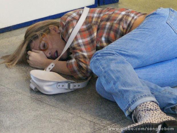 Tina acaba estatelada no chão  (Foto: Sangue Bom / TV Globo)
