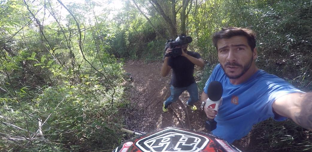Sábado vamos de carona no capacete da galera da bike downhill (Foto: Reprodução / TV Gazeta)