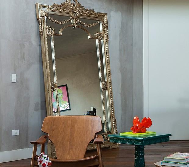 A sala de estar ganha muito mais personalidade com um espelho imponente e o mesmo pode acontecer com a sua selfie! A moldura trabalhada é de encher os olhos. Projeto da arquiteta Andrea Murao (Foto: Cacá Bratke/Editora Globo)
