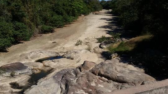 Foto mostra Rio Tesouras totalmente seco entre Rubiataba e Mozarlândia
