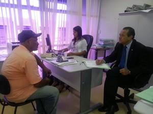 Promotor ouve mototaxista que denuncia fata de atedimento em unidade de saúde (Foto: Divulgação/Assessoria)