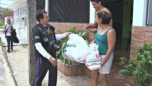 Motociclistas entregam as doações (Foto: Bom Dia Amazônia)