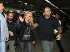 Shakira é cercada por fãs ao desembarcar no Brasil