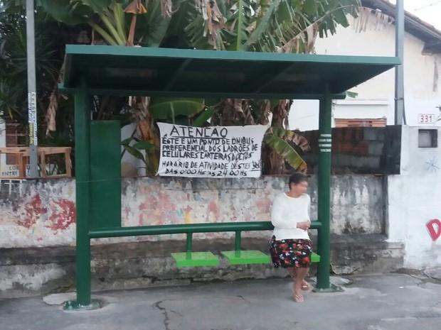 Faixa alerta moradores e afirma que criminosos atuam na área 24 horas por dia (Foto: André Souza / Arquivo Pessoal)