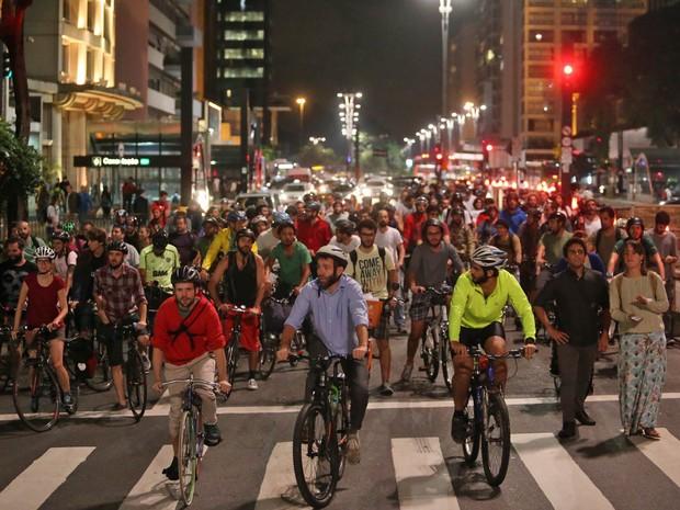 Manifestação na Praça do Ciclista, na Av. Paulista, reúne ciclistas que protestam contra a ordem da Justiça que obriga a Prefeitura de São Paulo a interromper obras de instalação de novas ciclovias, ciclofaixas e ciclorrotas sem estudo de impacto viário (Foto: Daniel Teixeira/Estadão Conteúdo)