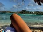 Isis Valverde mostra as pernas em último dia de férias no Caribe