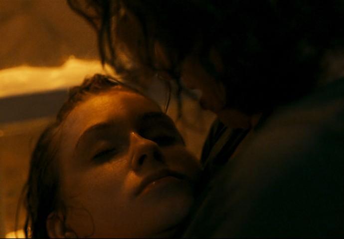 Elisa se desespera diante do corpo da filha (Foto: TV Globo)