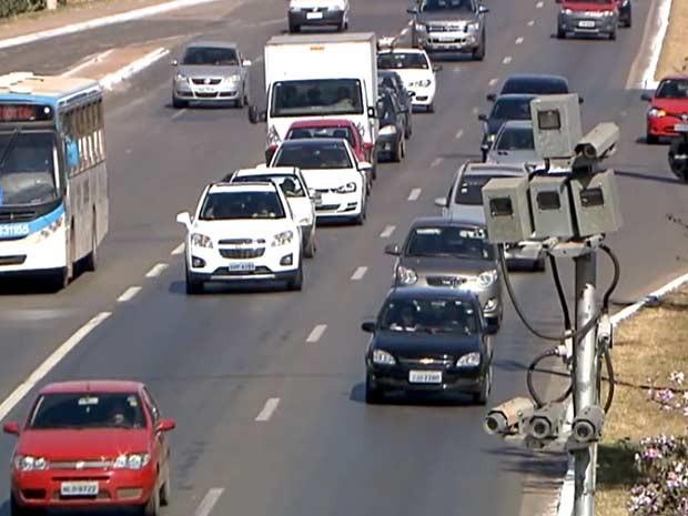 Radar na EPNB que registrou uma em cada cinco multas aplicadas pelo DER em todo o DF entre janeiro e maio (Foto: TV Globo/Reprodução)