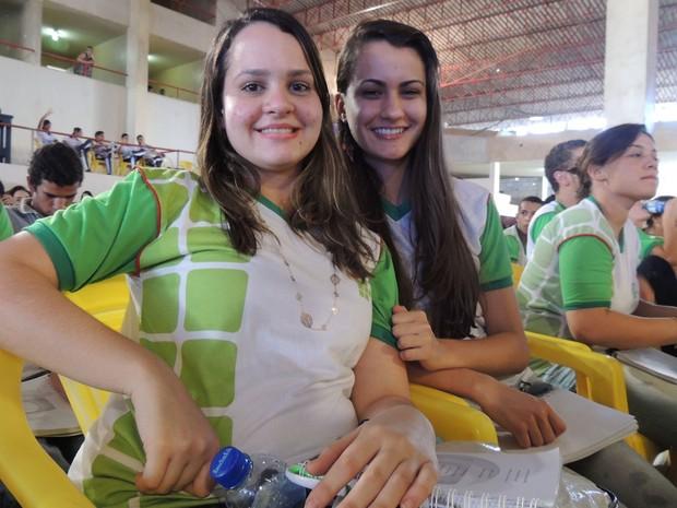 Bruna Letícia de Freitas [Esquerda], 17 anos, contou com ajuda da tradutora para entender aula (Foto: Luka Santos / G1)