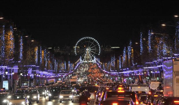 Champs Elysées ganha iluminação de Natal nesta quarta (21) (Foto: Mehdi Taamallah/AFP)