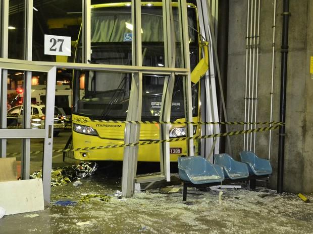 Ônibus da Viação Itapemirim, com destino ao Rio de Janeiro, invade plataforma de embarque do Terminal Rodoviário Tietê (Foto: Edu Silva/ Futura Press/ Estadão Conteúdo)
