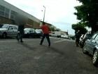 Flanelinhas são flagrados usando drogas e intimidando motoristas