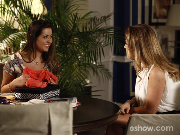 Bárbara ganha lingerie de Shirley (Foto: Inácio Moraes / TV Globo)