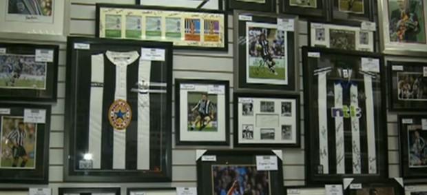 Loja em Newcastle com artigos de futebol (Foto: Reprodução SporTV)