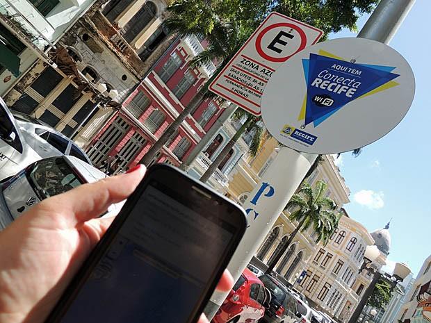 Pontos de acesso à internet são identifcados com placas do projeto (Foto: Katherine Coutinho / G1)