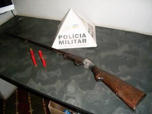 Arma foi apreendida em Oliveira (Foto: Polícia Militar/Divulgação)