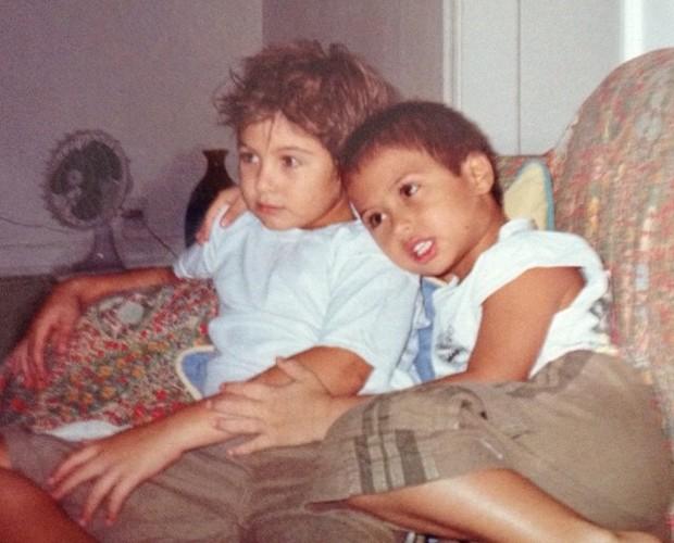 Sempre unidos, Rafael e o irmão Francisco assistem TV (Foto: Arquivo Pessoal)