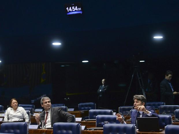 O senador José Medeiros (dir) discutiu com colegas da oposição após dizer que estudantes ocuparam escolas para fumar maconha (Foto: Jefferson Rudy / Agência Senado)