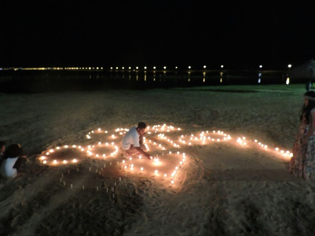 Excepcional G1 - Jovem acende mais de 200 velas na praia para pedir garota em  VR02