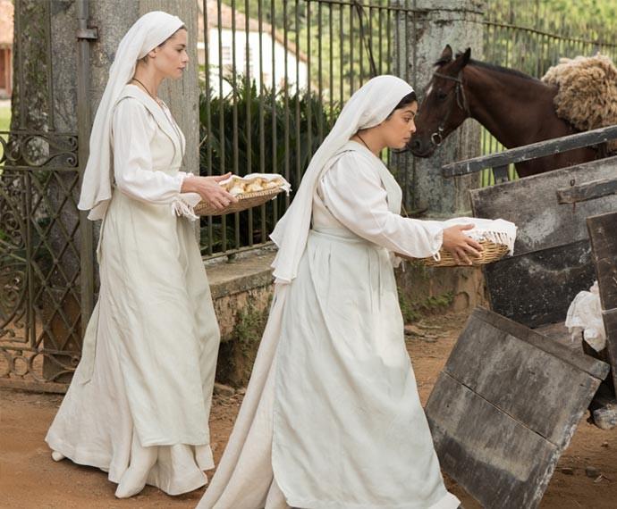 Lívia e Rita saem de fininho para a cerimônia (Foto: Fábio Rocha/Gshow)