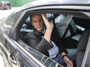 O ex-deputado federal Roberto Jefferson, delator do esquema do mensalão, deixa a sua residência num carro da Polícia Federal após ser preso em casa em Comendador Levy Gasparian, no interior do Rio de Janeiro. (Foto: Marcos de Paula/Estadão Conteúdo)