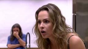 Ana Paula surpresa e Tamiel ao fundo: ela está fora do jogo (Foto: Reprodução/Globo)