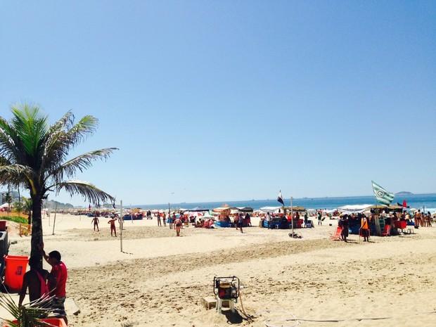 Sábado ensolarado leva cariocas e turistas para praia (Foto: Lívia Torres / G1)