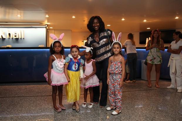 Glória Maria com as filhas em show de Anitta (Foto: Claudio Andrade / Foto Rio News)