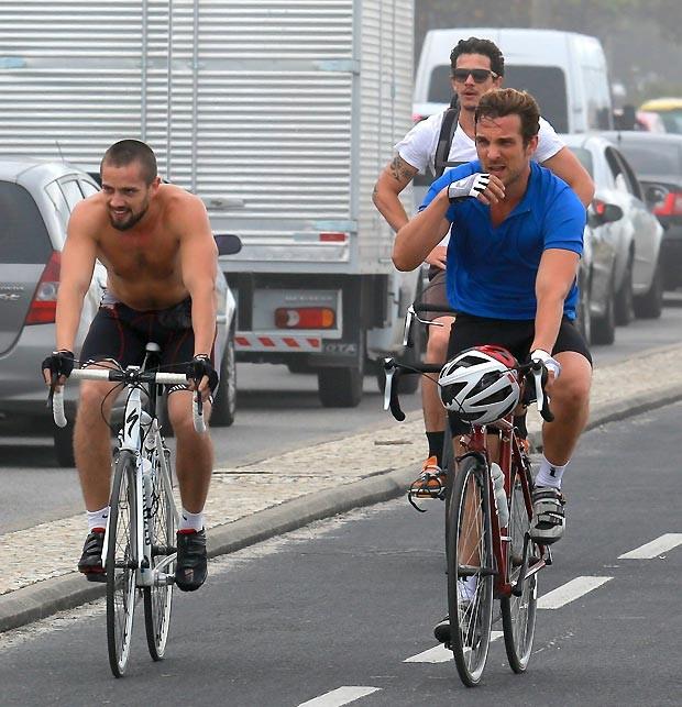 Atores andaram de bicicleta (Foto: Dilson Silva /AgNews)