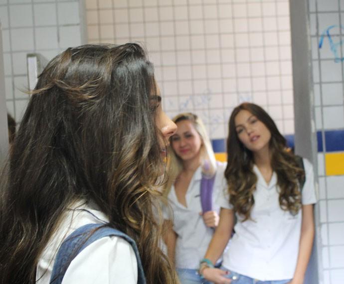 Luciana fica de cara com as pichações no banheiro (Foto: Bruno Cavalieri/Gshow)