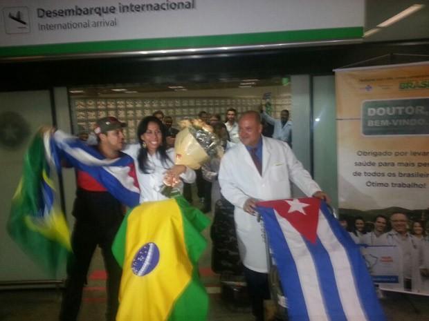 Médicos cubanos desembarcam em Brasília neste sábado. (Foto: Alexandro Martello/G1)