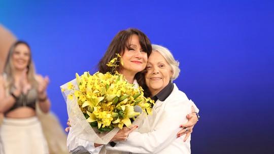 Zezé Polessa apresenta a mãe nos bastidores do 'Domingão'