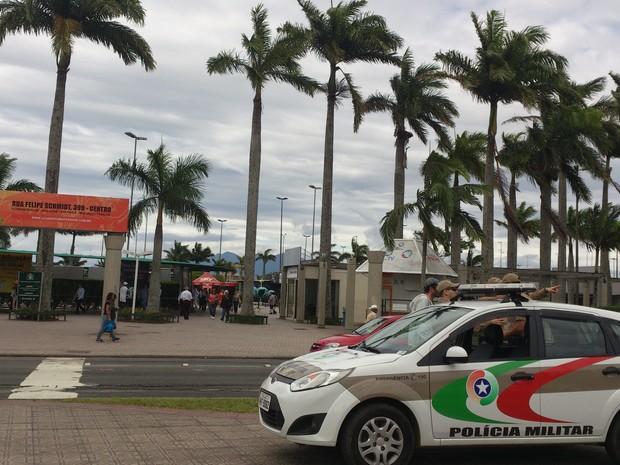 Polícia faz a segurança do transporte coletivo (Foto: Gabriela Machado/RBS TV)