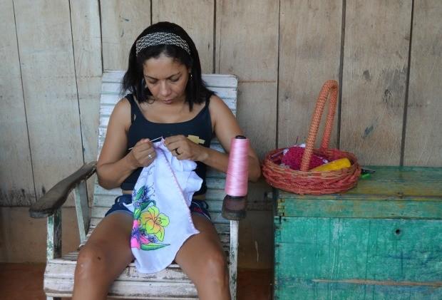 Lenilza faz crochê para ajudar na renda família (Foto: Magda Oliveira/G1)