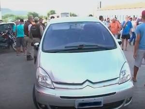 Carro onde suspeitos estavam em Barreiras, para fazer resgate de preso, Bahia (Foto: Reprodução/ TV Bahia)