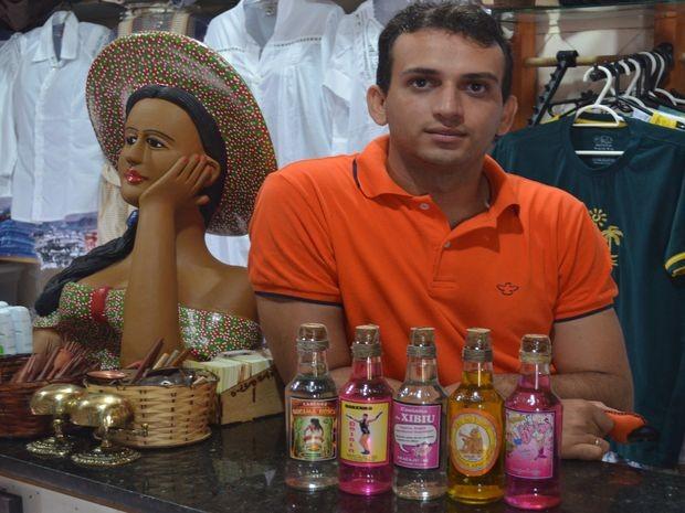 Adriano comemora sucesso da cachaça na loja dele (Foto: Tássio Andrade/G1)