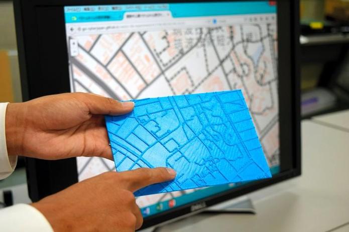Mapas impressos em 3D realçam estradas para facilidar uso por deficientes visuais (foto: Reprodução/Asahi Shimbun)