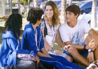 Raquel convida Guilherme para conhecer Havaí (Foto: Malhação / TV Globo)