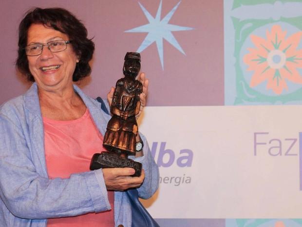 Ana Maria Macjado foi presentada pela produção do evento com uma imagem de madeira de Nossa Senhora da Boa Morte (Foto: Egi Santana/Flica)