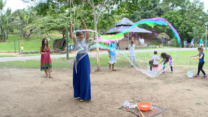 Aline se divertiu com bolhas de sabão gigantes (Foto: Divulgação/ TV Gazeta ES)