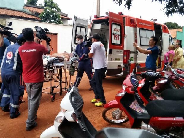 Homem baelado é atendido pelo Samu (Foto: Divulgação/Fofa News)