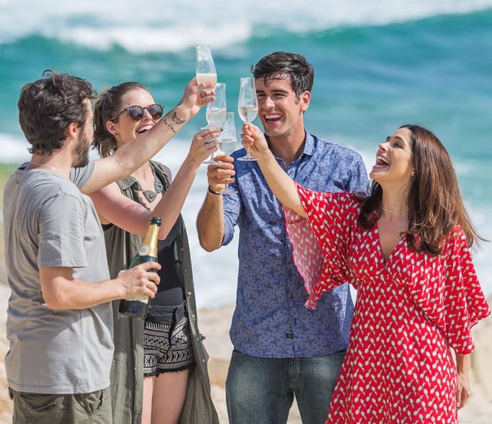 Após ficarem noivos, Felipe e Shirlei comemoram com Giovanni e Camila (Foto: Artur Meninea/Gshow)