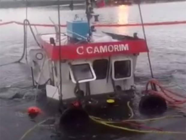 Rebocar que naufragou foi retirado do mar no sábado (12) (Foto: Reprodução/Internet)