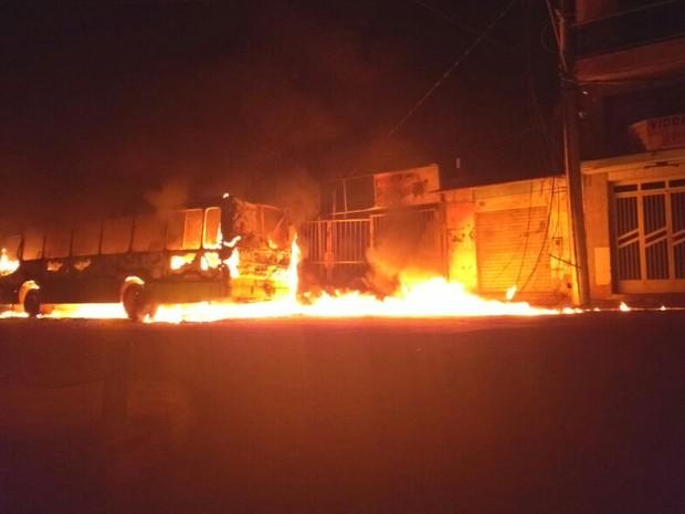Ônibus pegou fogo no Centro da cidade de Ipaba (Foto: Divulgação / Corpo de Bombeiros)