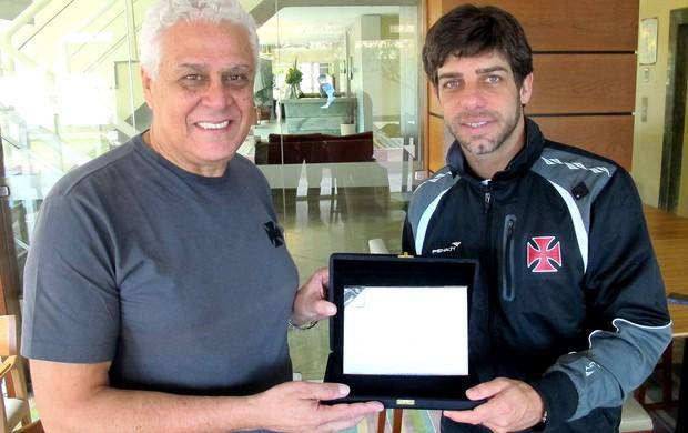 Roberto Dinamite e Juninho placa Vasco (Foto: Marcelo Sadio / Site do Vasco)