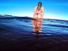 Ex-BBB Anamara posa de fio-dental em praia e ganha elogios: 'Perfeita'