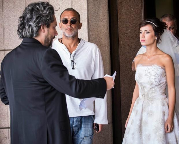 Alexandre Nero e Andreia Horta ensaiam cena sob o olhar de Papinha (Foto: Raphael Dias/TV Globo)