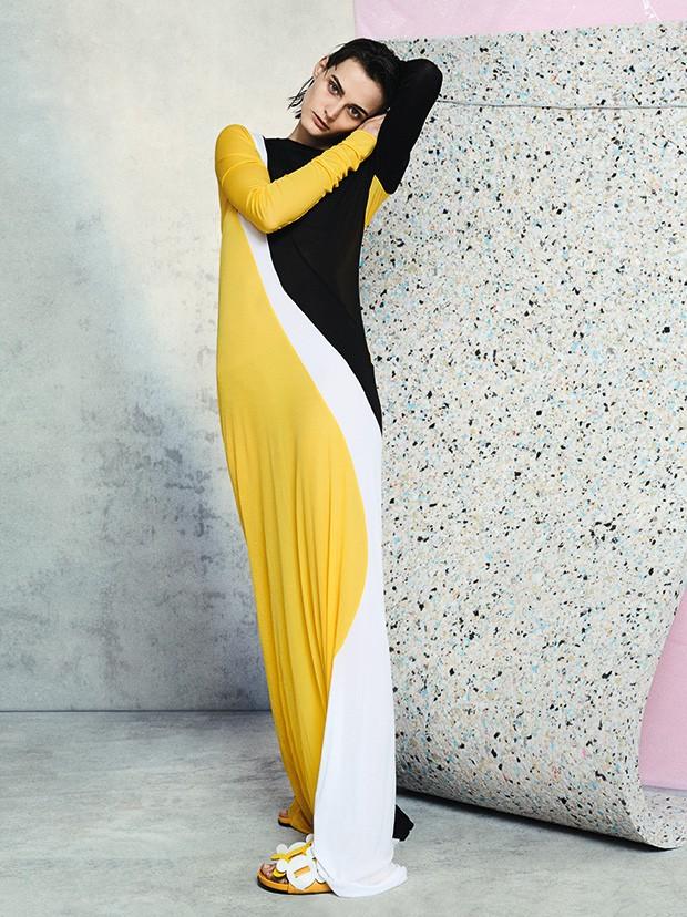 Vestido Emilio Pucci. Sandálias Anya Hindmarch. (Foto: David Oldham)