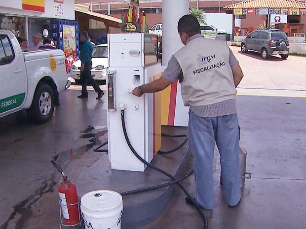 ANP, Ipem-SP e Procon fiscalizaram 37 postos de combustível em Ribeirão Preto (Foto: Ronaldo Oliveira/EPTV)