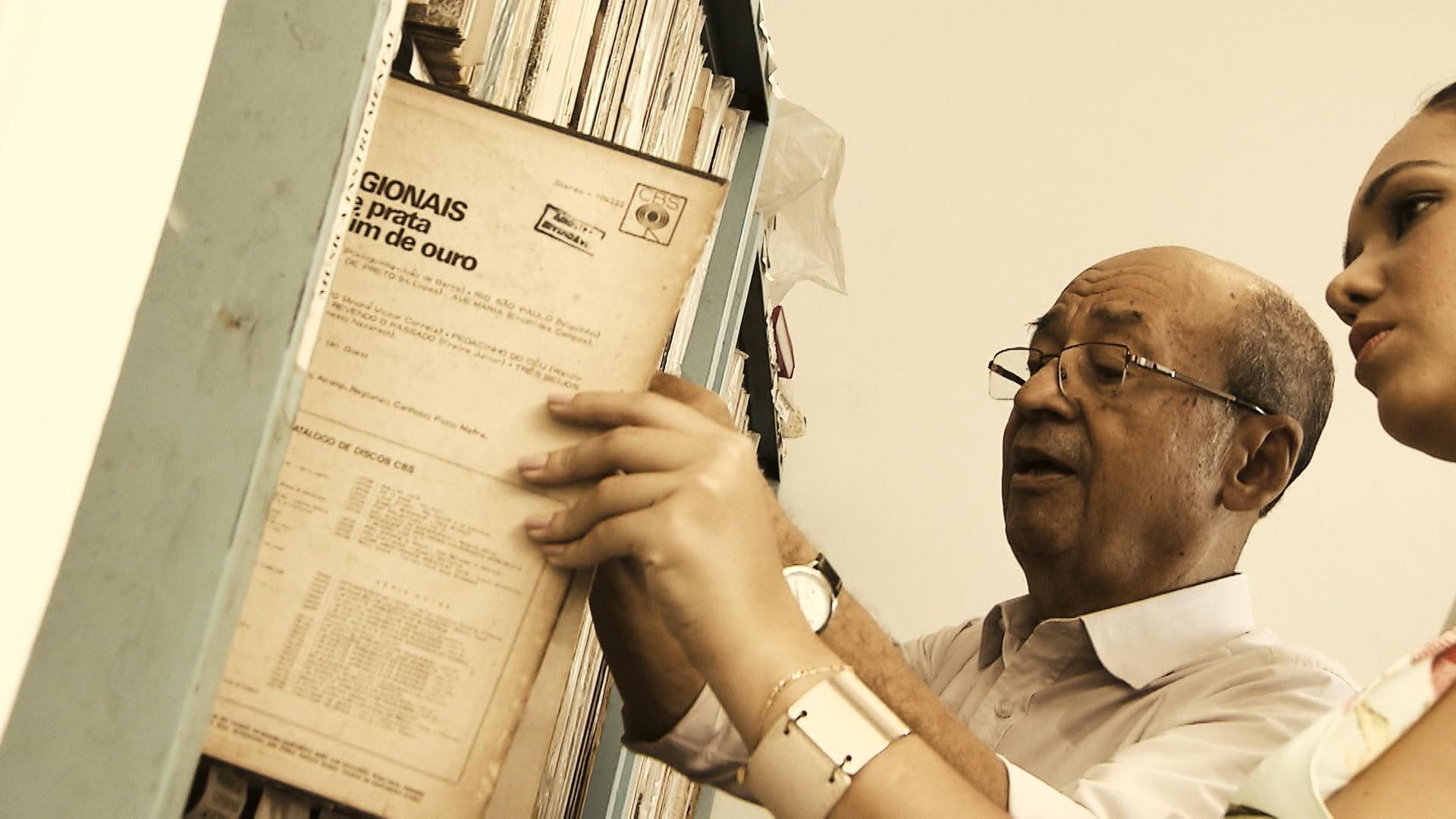 Perfilino Neto mostra algumas obras para Renata Menezes (Foto: Divulgação)